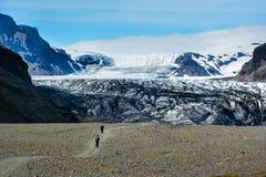 向Skaftafellsjokull冰川的岩石道路与无法认出的少量 库存照片