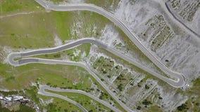 向Stelvio山口的路在意大利 在山的惊人的鸟瞰图上下弯曲创造美好的形状 股票视频