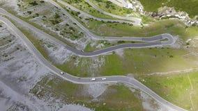 向Stelvio山口的路在意大利 山的惊人的鸟瞰图弯曲创造美好的形状 股票录像