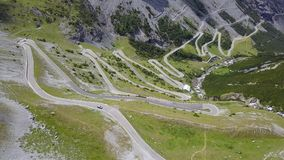 向Stelvio山口的路在意大利 山的惊人的鸟瞰图弯曲创造美好的形状 股票视频