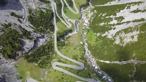 向Stelvio山口的路在意大利 山的惊人的鸟瞰图弯曲创造美好的形状 影视素材