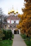 向Sts的一条路 在圣洁门的彼得&保罗教会在Teryaevo 免版税库存图片