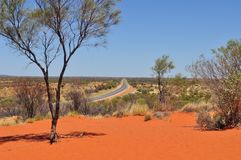 向Uluru的直路-卡塔Tjuta国立公园在澳大利亚 图库摄影