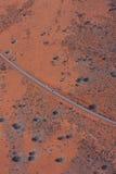 向Uluru (艾瑞斯岩石)的路 库存图片
