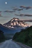 向Viluchinsky火山的路在月光的晚上 堪察加 免版税库存照片