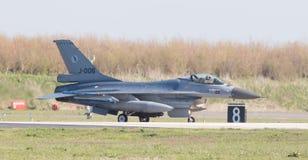 吕伐登,荷兰- 2016年4月11日:在gr的荷兰F-16 库存照片