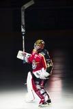 吕勒奥,瑞典- 2015年3月18日 乔尔Lassinantti (#34吕勒奥曲棍球)在联盟介绍时 瑞典曲棍球同盟比赛, betwe 库存照片