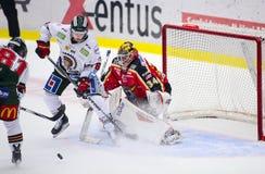 吕勒奥,瑞典- 2015年3月18日 乔尔Lassinantti (#34吕勒奥曲棍球)有困难时期在网 瑞典曲棍球同盟比赛, 免版税库存照片