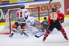 吕勒奥,瑞典- 2015年3月18日 卡尔Fabricius (#52吕勒奥曲棍球)陷入与全速对手守门员 瑞典曲棍球Le 免版税图库摄影