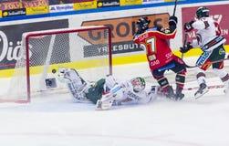吕勒奥,瑞典- 2015年3月18日 每Ledin (#97吕勒奥曲棍球)比分!瑞典曲棍球同盟比赛,在吕勒奥曲棍球和Frolunda之间 免版税库存图片