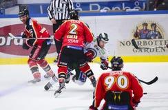吕勒奥,瑞典- 2015年3月18日 Kukan (#2吕勒奥曲棍球)教务长应付对手 瑞典曲棍球同盟比赛,在吕勒奥曲棍球之间 免版税库存图片