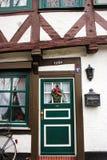 吕讷堡县,德国- 10 12 2017年:中世纪房子传统门面  装饰为圣诞节门和窗口 库存照片