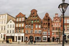 吕讷堡县,德国- 10 12 2017年:石路面的中世纪传统欧洲房子 欧洲冬天 库存照片