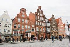 吕讷堡县,德国- 10 12 2017年:石路面的中世纪传统欧洲房子 欧洲冬天 库存图片