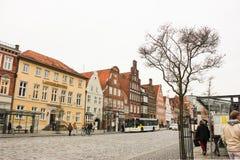 吕讷堡县,德国- 10 12 2017年:石路面的中世纪传统欧洲房子 欧洲冬天 免版税库存图片