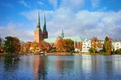吕贝克老镇在河,德国反射了 库存图片