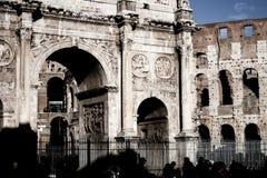 君士坦丁凯旋门和罗马大剧场 免版税库存照片