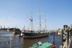 吠声有历史被上船桅的三 库存图片
