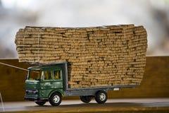 吠声黄柏充分的玩具卡车 库存图片