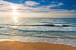 含沙岸和太阳 免版税库存图片
