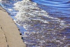 含沙岸由水关闭洗涤 库存图片