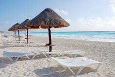 含沙海滩的旅馆 库存照片