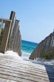 含沙海滩的木板走道 库存照片