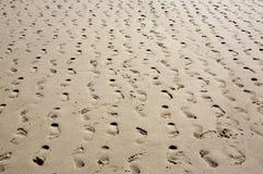 含沙海滩脚印多个后退的行 免版税库存图片