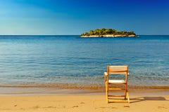 含沙的海滩睡椅 免版税图库摄影