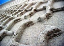 含沙的车轮痕迹 库存图片