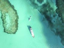 含沙脚趾海岛,巴哈马鸟瞰图靠岸 免版税库存照片