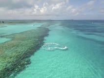 含沙脚趾海岛,巴哈马鸟瞰图靠岸 库存照片