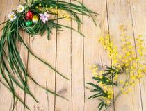 含羞草花和朱古力蛋的装饰构成为 库存图片