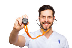 听与听诊器的男性医生 免版税库存照片
