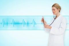 听与听诊器的白肤金发的医生的综合图象 免版税库存图片