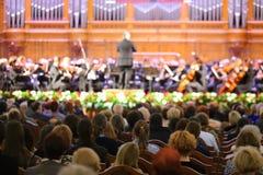 听交响乐团的观众 免版税库存照片