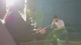 听人客户的女性心理学家坐在蓝色办公室内部的心理会议期间 股票视频