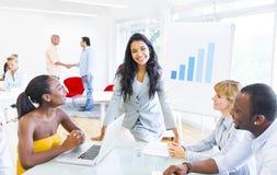 听企业介绍的小组公司人民 库存照片