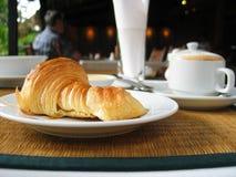 听众愉快热奶咖啡的新月形面包做您 免版税库存图片
