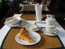 听众愉快热奶咖啡的新月形面包做您 库存照片