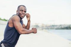 听到与耳机的冥想的音乐的年轻慢跑者 免版税库存照片