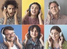 听到与耳机的音乐的人们 图库摄影