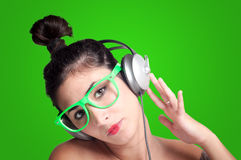 听到与耳机的音乐的美丽的女孩 免版税图库摄影