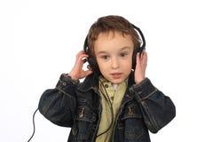 听到在白色背景的音乐的男孩 免版税库存照片