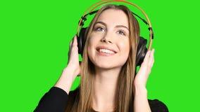 听到在耳机的音乐的妇女 股票录像