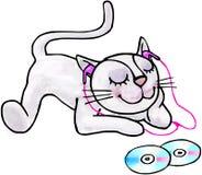 听到在耳机的音乐的幼小小猫。 免版税库存图片