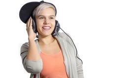 听到在耳机的音乐的逗人喜爱的女孩 免版税库存照片