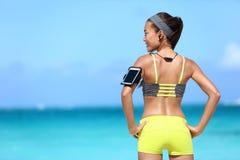 听到在运动服的音乐的健身妇女 免版税图库摄影