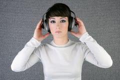 听到音乐妇女的方式未来派耳机 库存照片