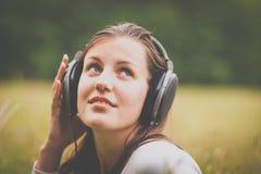 听到音乐的一个相当少妇的画象 图库摄影